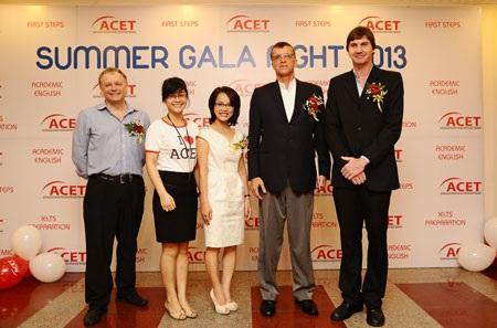 Ông Hugh Borrowman, Đại sứ Australia tại Việt Nam (đứng thứ 4 từ trái sang)