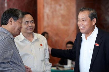 Đại biểu Quốc hội trao đổi bên hành lang cuộc họp (ảnh: Việt Hưng).