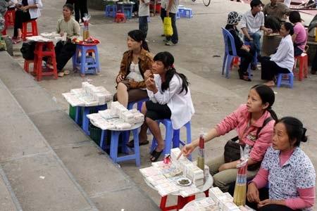 Bày bán tiền lẻ là cảnh thường thấy trước đền chùa (ảnh minh họa).