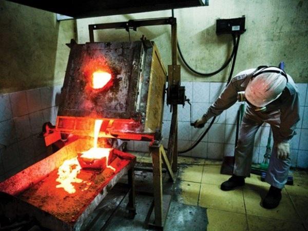 Quy trình cuối sản xuất vàng tại mỏ vàng Bồng Miêu. Ảnh: Trần Việt Đức.