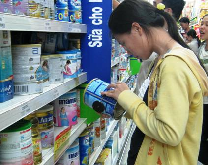 Giá sữa tăng thách thức người tiêu dùng (ảnh minh họa)