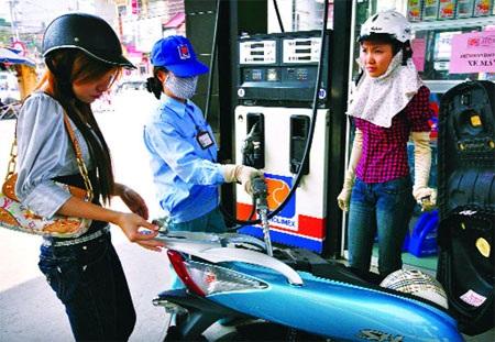 Xăng dầu giữ nguyên giá bán dù đang lỗ.