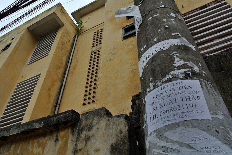 Dán chằng chịt thân cột điện cạnh tường bao khu giảng đường ĐH KTKTCN.