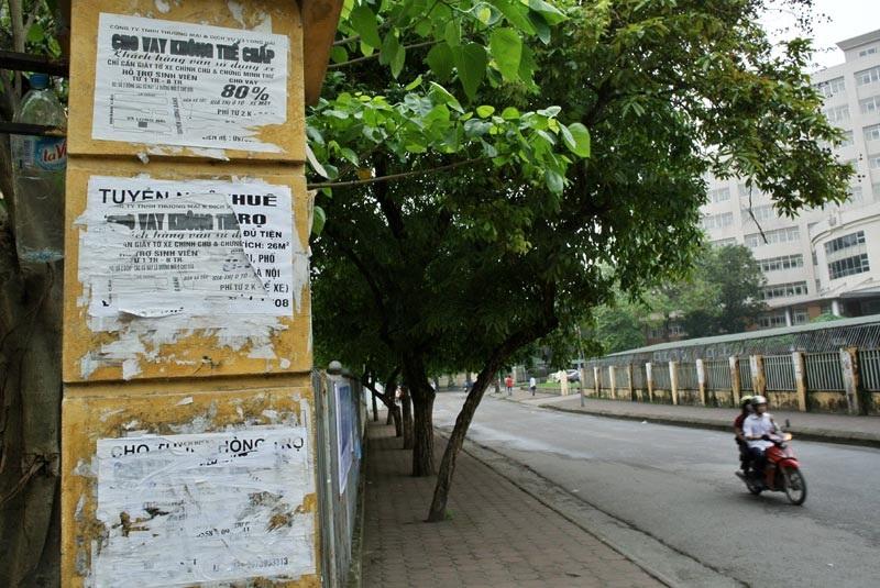 Tín chấp dành ưu tiên cho sinh viên trên trụ một cổng trường ĐH Bách Khoa.