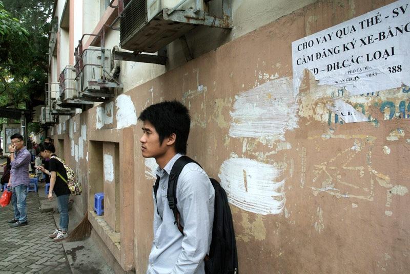 Quảng cáo cho sinh viên vay tiền trên một cây rút tiền tự động cạnh cổng ký túc xá ĐH Xây dựng.