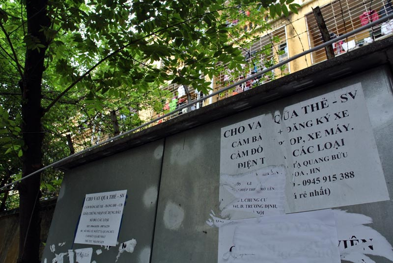 Quảng cáo tín dụng đen sát bờ tường khu ký túc xá ĐH Kinh tế Quốc dân.