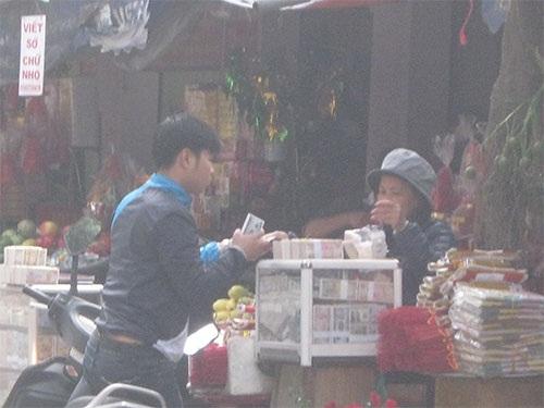 Tiền lẻ được bày trong tủ kính với đủ loại mệnh giá ở cổng chùa Hà, TP Hà Nội Ảnh: HÀ PHƯƠNG.