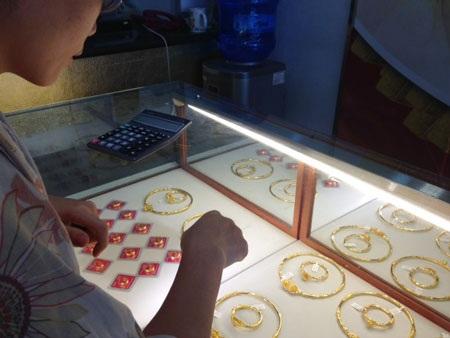 Người Việt có thói quen giữ vàng phòng thân.