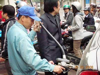Bộ Tài chính tiếp tục yêu cầu doanh nghiệp giữ nguyên giá bán xăng dầu (ảnh minh họa).