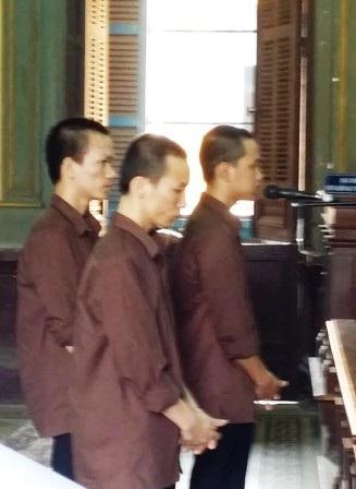 Ba bị cáo đứng trước vành móng ngựa
