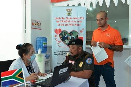 Nhân viên lãnh sự quán Nam Phi tham gia hiến máu nhân đạo