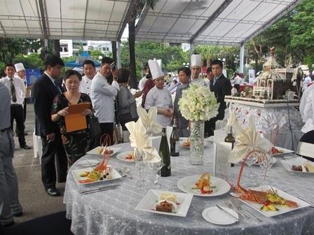 Ban giám khảo chấm điểm các món ăn mang phong cách văn hóa ẩm thực đặc trưng của nhiều quốc gia