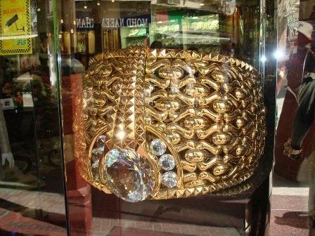 Najmat Taiba – chiếc nhẫn lớn nhất thế giới làm từ 58,7 kg vàng cùng 615 viên pha lê Swarovski