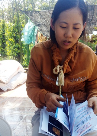 Chị Cao Thị Diễm Sương cung cấp chứng từ cho phóng viên.