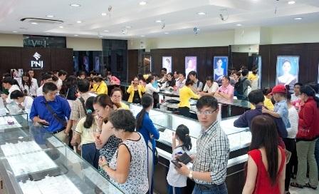 Không khí mua sắm nhộn nhịp tại một cửa hàng PNJ trong ngày Thần Tài