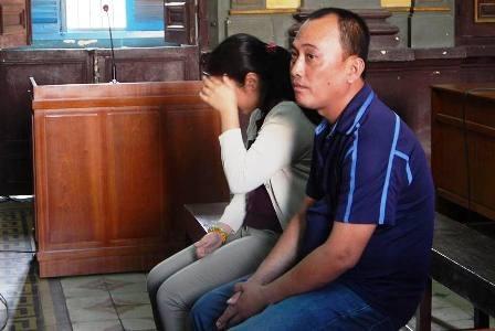 Hai bị cáo Yến, Phương tại tòa phúc thẩm