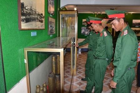 Đoàn viên, thanh niên Lực lượng vũ trang Quân khu 7 tham quan giới thiệu sách