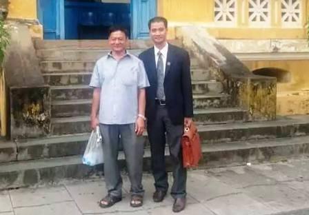 Luật sư và đại diện nguyên đơn sau phiên tòa (Ảnh: Tân Châu)