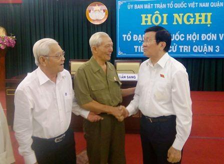Chủ tịch nước Trương Tấn Sang bắt tay thăm hỏi bà con cử tri