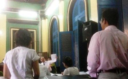 Tổng Giám đốc Yee Lip Chee (phải) không nhớ rõ vì sao mình ký hàng chục lệnh chuyển tiền