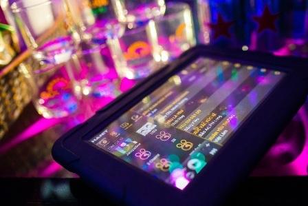 Chọn bài hát bằng các thiết bị công nghệ như máy tính bảng, Smart phone