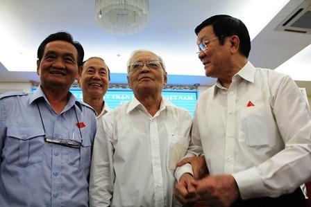 Chủ tịch nước Trương Tấn Sang và đại biểu Trần Du Lịch hỏi thăm cử tri sau buổi tiếp xúc