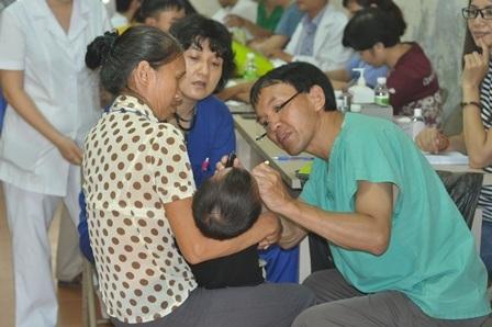 Các bệnh nhi được khám, kiểm tra các điều kiện sức khỏe trước khi phẫu thuật