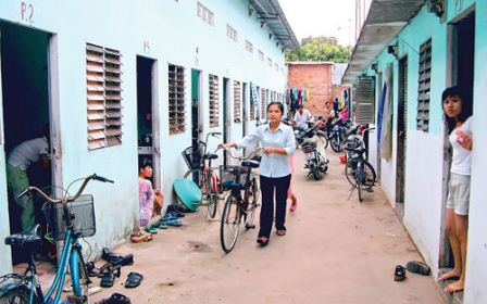 Hiện nhiều công nhân trên địa bàn TPHCM phải lưu trú trong những nhà trọ chật chội (Ảnh minh họa)