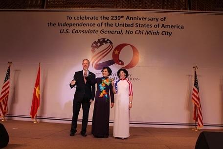 Bà Nguyễn Thị Hồng, Phó Chủ tịch UBND TPHCM (giữa) chúc mừng Quốc khánh Hoa Kỳ