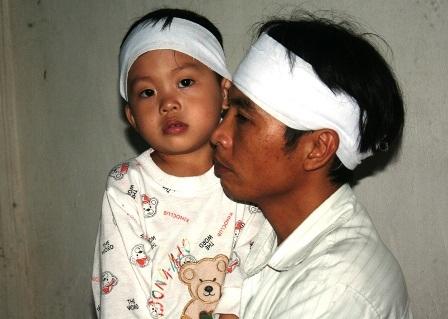 Đứa con 4 tuổi vẫn còn ngây ngô gọi mẹ, cháu chưa đủ lớn để thấu hiểu nỗi đau quá lớn.