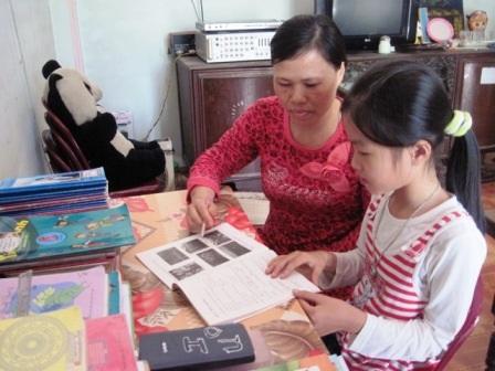 Ngoài thời gian giảng dạy và làm việc nhà, cô Cúc còn kèm cặp con gái học bài.