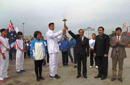 Hơn 150 người là các vận động viên, học sinh cùng tham gia đoàn chạy.