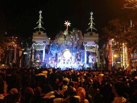 Hàng nghìn người hướng về lễ đài trong thời khắc chúa giáng sinh.