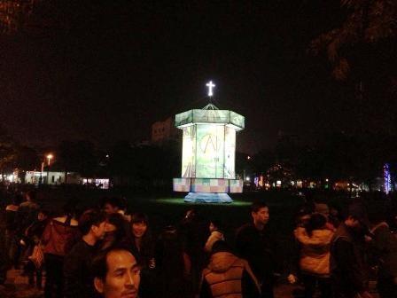 Chiếc đèn lồng khổng lồ được trang hoàng lộng lẫy cho mùa giáng sinh 2014.