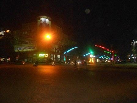 Càng về khuya, đường phố Thanh Hóa càng vắng người.