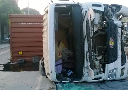 Chiếc xe congtainer bị hư hỏng sau tai nạn.