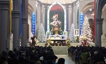 Các giáo dân Nam Định làm lễ cầu nguyện trong thời khắc Chúa Giáng Sinh.
