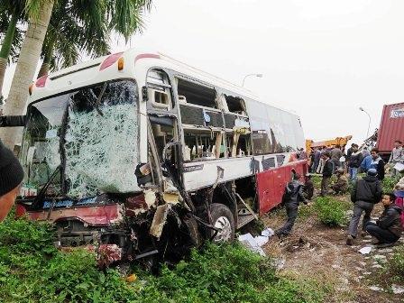 Chiếc xe khách lao xuống vệ đường cũng bị hư hỏng nặng.