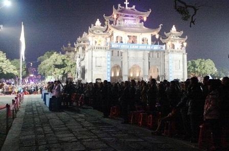 Ban Chánh Tòa nhà thờ Đá Phát Diệm làm lễ đón thời khắc Chúa Giáng Sinh.