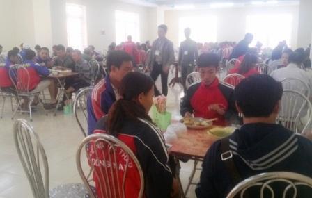 So với hơn 4.000 VĐV tham dự đại hội, số người vào ăn ở nơi BTC chuẩn bị quá ít ỏi.