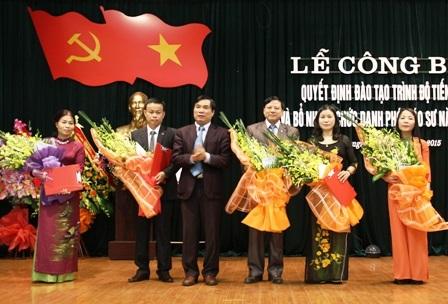 Các nhà giáo của ĐH Hồng Đức vinh dự đón nhận chức danh Phó giáo sư.