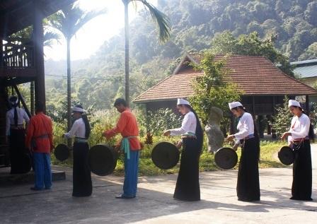 Phường hát Sắc bùa đến nhà người dân trong thôn bản để hát chúc tết.