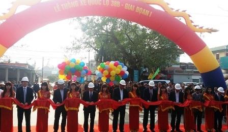 Bộ trưởng Đinh La Thăng phát lệnh thông xe Quốc lộ 38B giai đoạn 1.
