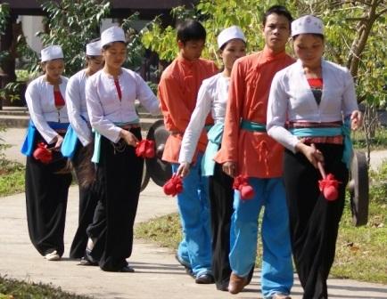 Ngày nay chủ yếu là lớp trẻ người Mường, Nho Quan đảm nhận việc hát Sắc bùa.