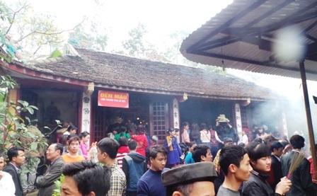 Dâng hương tại khu vực Đền Mẫu.