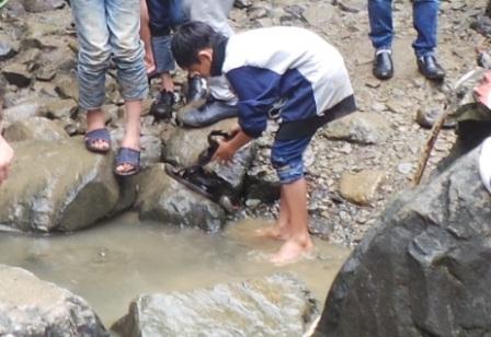 Nhiều người thiếu ý thức rửa cả giày ở khu vực thác nước.