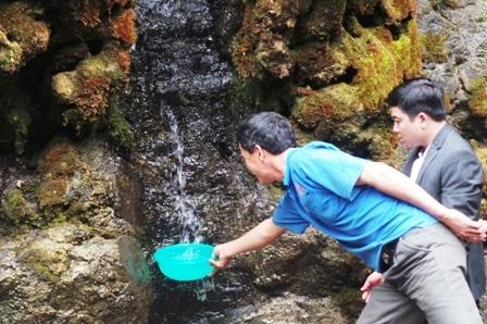 Trèo cả vào thác để lấy nước.