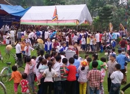 Từ sáng sớm người dân làng Thiều đã tập chung về đình làng để cùng nhau tổ chức lễ ăn Tết lại.