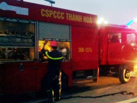Lực lượng PCCC Thanh Hóa nhanh chóng có mặt tiến hành dập lửa.