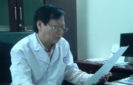 Bác sỹ Đỗ Công Toàn - GĐ bệnh viện trao đổi với PV.
